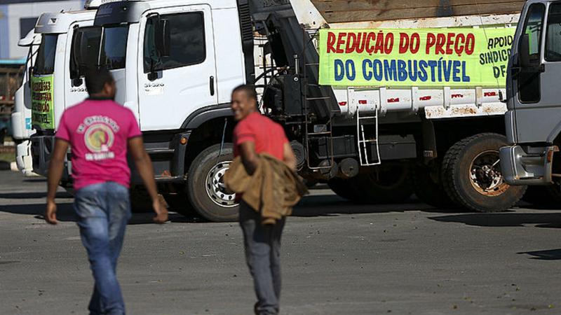 Greve dos caminhoneiros é furada por empresas de transportes e sofre esvaziamento
